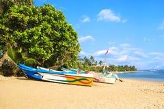 Helle Boote auf dem tropischen Strand von Bentota, Sri Lanka Stockbild