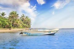 Helle Boote auf dem tropischen Strand von Bentota, Sri Lanka an einem sonnigen Tag stockfotografie