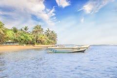 Helle Boote auf dem tropischen Strand von Bentota, Sri Lanka an einem sonnigen Tag lizenzfreie stockfotos