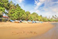 Helle Boote auf dem tropischen Strand von Bentota, Sri Lanka an einem sonnigen Tag stockbild
