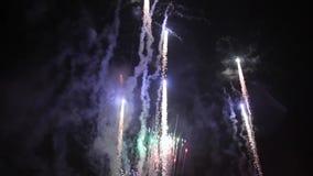Helle bunte Feuerwerke auf Sylvesterabend in Ostrava, Tschechische Republik gegen den bewölkten Himmel, nicht Audio stock video footage