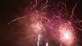 Helle bunte Feuerwerke auf Sylvesterabend in Ostrava, Tschechische Republik gegen den bewölkten Himmel, nicht Audio stock footage