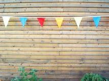 Helle bunte Flaggen auf einem Seil lizenzfreie stockfotos