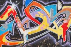 Helle bunte Graffiti mit chaotischem Textmuster Stockfotos