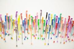Helle, bunte Stifte auf einem weißen Hintergrund schossen Unkosten lizenzfreies stockfoto