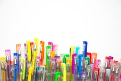 Helle, bunte Stifte auf einem weißen Hintergrund schossen Unkosten stockfotos
