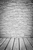 Helle Dachbodenwand der Vignette von Steinblöcken mit hölzernem Bodenbelag Lizenzfreies Stockfoto
