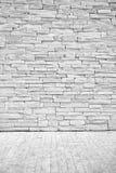 Helle Dachbodenwand von Steinblöcken mit einem Fußbodenbelag Stockbild