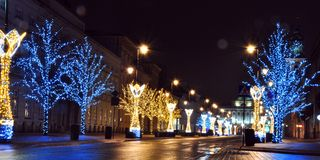 Helle Dekoration der Stadt am Vorabend des Weihnachten lizenzfreie stockbilder