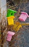 Helle dekorative hölzerne Vogelhäuser Lizenzfreie Stockfotografie