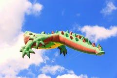 Helle Drachen, die in den blauen Himmel, Drachenfestival schwimmen, stockbilder