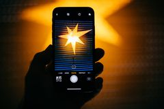 Helle Einstellung des Fotos für das Hochformat im neuen Apple-iPhon Stockbild