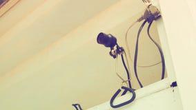Helle elektrische Verdrahtungsam endeklammer mit Stecker und Blechtafel Stockbild