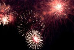 Helle erstaunliche Feuerwerke Stockfotos
