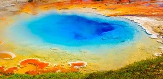 Helle Farben, heiße Quelle, Yellowstone Nationalpark stockfotografie