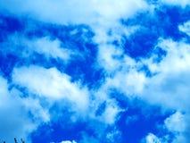 Helle Farben, teilweise Wolken stockfoto
