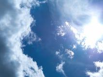 Helle Farben, teilweise Wolken stockfotografie