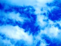 Helle Farben, teilweise Wolken lizenzfreie stockfotografie