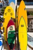 Helle Farben von Brandungs-Brettern an einem Strandurlaubsort Lizenzfreies Stockfoto