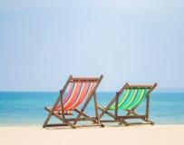 Helle Farbhölzerne Strandstühle auf tropischem Strand der Insel stockbilder
