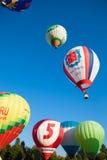 Helle farbige Ballone fliegen in blauen Himmel Lizenzfreies Stockfoto