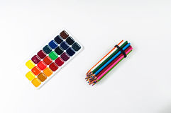 Helle farbige Bleistifte und Aquarelle Stockfotografie