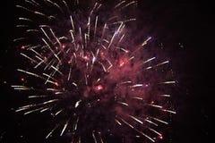 Helle farbige Feuerwerke auf einem schwarzen Himmel stockfotografie