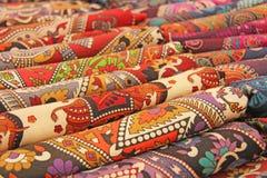 Helle farbige Gewebe Indien-Verzierungen und orientalische Zeichnungen Es Lizenzfreies Stockfoto