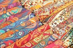 Helle farbige Gewebe Indien-Verzierungen und orientalische Zeichnungen Es Stockbild