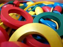 Helle farbige Holzringe stockfoto