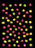 Helle farbige süße Süßigkeit lokalisiert auf einem schwarzen Hintergrund Stockbild