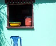 Helle farbige Teller im offenen Fenster Stockbilder