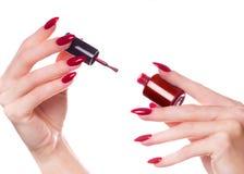 Helle festliche rote Maniküre auf weiblichen Händen Nageldesign stockfotos