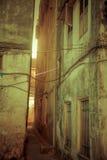 Helle Filter von der Gasse in einer alten Stadt Stockbild