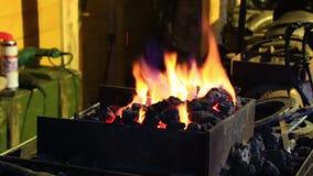 Helle Flamme des Feuers brennt in einem alten Kamin stock video
