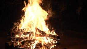 Helle Flamme des Feuers im Grill in der Nacht stock footage