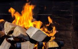 Helle Flamme im Kamin stockbilder