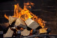 Helle Flamme im Kamin Stockfoto