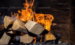 Helle Flamme im Kamin lizenzfreies stockbild