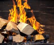 Helle Flamme im Kamin stockfotografie