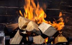 Helle Flamme im Kamin lizenzfreie stockbilder