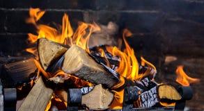 Helle Flamme im Kamin lizenzfreies stockfoto