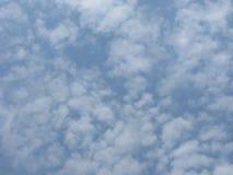 Helle flaumige Wolken Stockfotografie