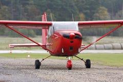 Helle Flugzeuge Cessna C-172 Skyhawk Lizenzfreie Stockfotos