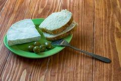Helle Frühstücksplatte mit Oliven, Weißkäse und Brot Stockfotos
