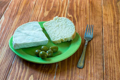 Helle Frühstücksplatte mit Oliven, Weißkäse und Brot Lizenzfreies Stockbild