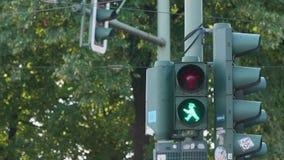 Helle Fußgängeränderungen auf einem Verkehrszeichen in Berlin stock video