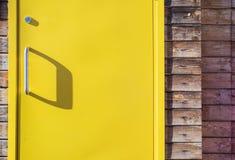 Helle gelbe Haustür mit Schatten lizenzfreie stockbilder