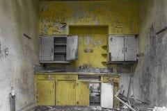 Helle gelbe Küche in einem verlassenen Haus stockfoto