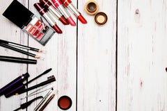 Helle Gesichtskosmetik und -Zubehör auf einem hellen Hintergrund Lizenzfreie Stockfotos